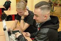 Studenti si při besedě ve Vysokém nad Jizerou prohlíželi biomasu.