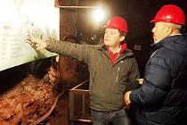 GARY COREN si prohlédl i pevnost Stachelberg. V jejím podzemí popisoval velvyslanci historii objektu člen vedení stejnojmenného spolku Tomáš Eichler.