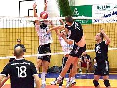 PŘESNĚ TAKHLE volejbalisté Turnova bránili svoji tvrz proti Dobřichovicím v minulé sezoně. Vyzrají na soupeře i v pátečním utkání?