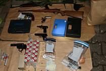 To je výbavička! Policisté objevili v rodinném domě muže, který zaútočil na manželku, kromě legálně držených střelných zbraní ještě další zbraně bez registrace.