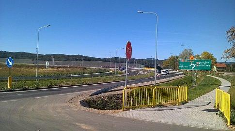 Poláci jsou napřed. Snímek je z 30. září 2018 na budoucí dálniční křižovatce, kde se střetávají silnice č. 5 a budoucí S3, zhruba 5 kilometrům východně od BoŁkowa.