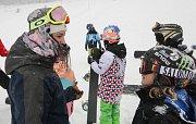 Olympijská vítězka ve snowboard crossu Eva Samková učila děti základům správné techniky jízdy na snowboardu v kempu ve Ski areálu U Slona na Dolní Moravě.