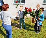 Děti vyrazily s růžemi za všemi maminkami.