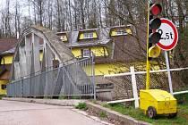 NA POVOLENKU od místní radnice  mohou přejíždět z Mladých Buků do Hertvíkovic a zpátky automobily místních občanů po mostku u Labužníka.