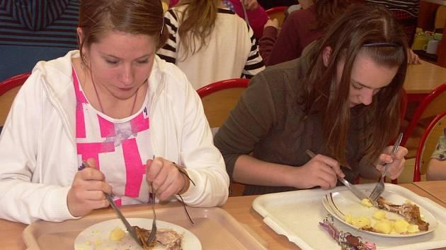 V TURNOVSKÉ JÍDELNĚ ZŠ v ulici 28. října děti většinou poctivě snědí vše. Vaří tu dobře.