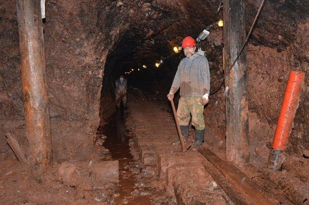 Od roku 2000zpřístupňujeme rozestavěné, dlouho zaplavené podzemí pevnosti. Často ho téměř doslova dolujeme zbahna.