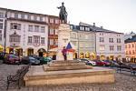 Oslava 17. listopadu u kašny na Krakonošově náměstí v Trutnově.