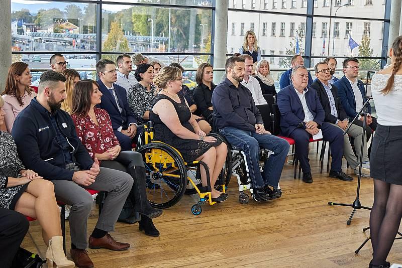 Vedení města Trutnov ocenilo medailisty z paralympijských her v Tokiu Šárku Musilovou a Aleše Kisého.