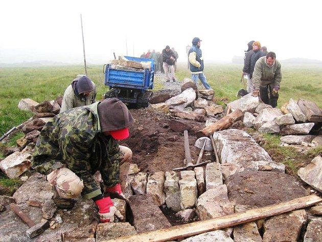 PO VÍCE JAK TŘECH MĚSÍCÍCH NÁROČNÉ práce je rekonstrukce Jantarové cesty na české straně Krkonoš hotová.