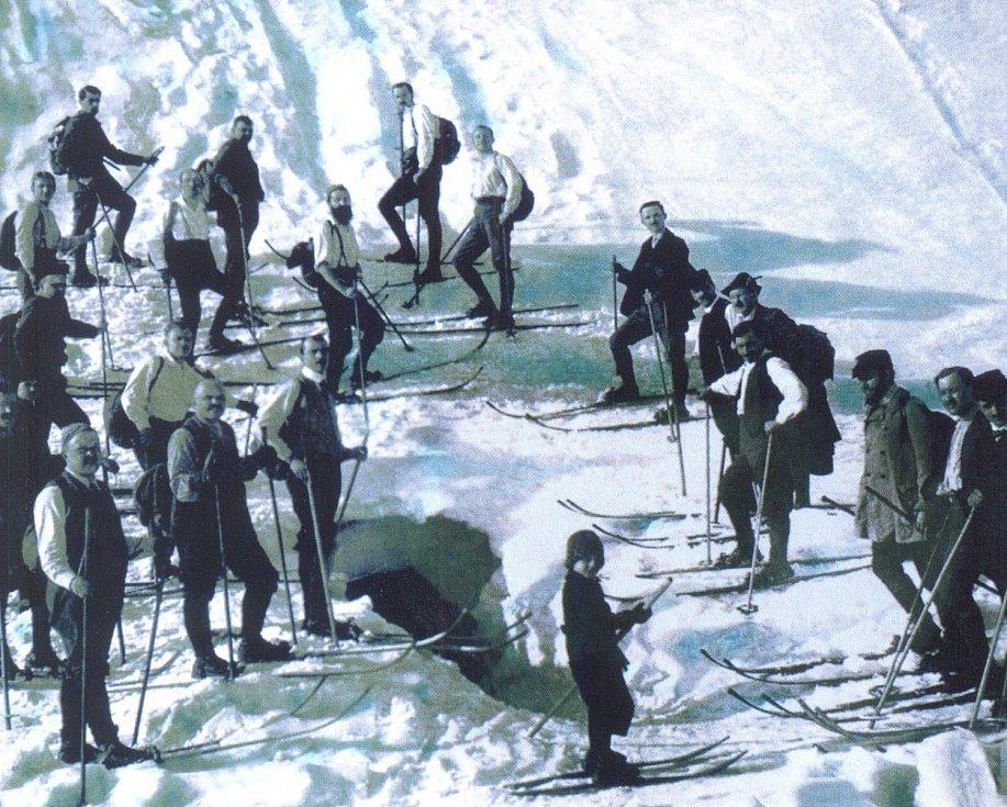 Na svahu? Nikoliv. Na střeše! Na horách se lyžovalo všude možně.