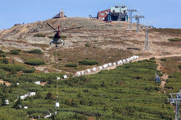 Loni vzáří vrtulník přepravoval materiál pro opravu chodníku zRůžové hory na Sněžku.