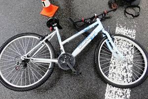 Krátce před sobotní osmnáctou hodinou se v kyjovské místní části Boršov střetlo osobní auto s cyklistou. Ilustrační foto
