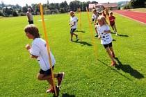 ČTYŘICET PĚT DĚTÍ se v Trutnově rozhodně nenudilo. Na závěr kempu si vyzkoušely i týmový orientační běh.