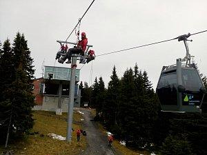 Lezecká skupina hasičů pilovala evakuaci z lanovky
