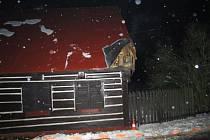 Autobus narazil do střechy domu.