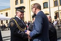 Martin Lelka z Trutnova přebírá medaili od hejtmana kraje Jiřího Štěpána. Snímek je ze slavnostního shromáždění a oceňování hasičů na Pivovarském náměstí v Hradci Králové.