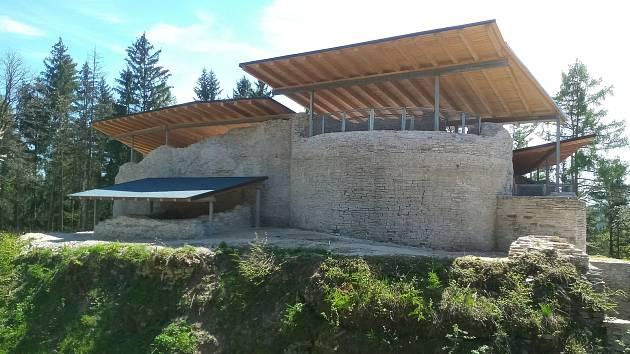 Součástí rekonstrukce bylo zastřešení a stavební obnova hradu Vízmburk.