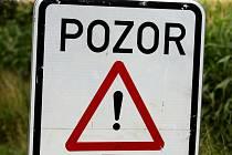 POZOR, OPRAVY! Značky připomínají motoristům na Trutnovsku, že začala sezóna oprav rozbitých silnici.