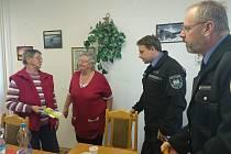 Senioři s městskou policií probrali krizové situace.