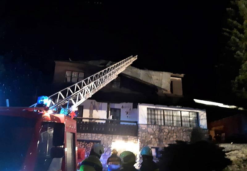 Se zajištěním uvolněných částí střechy pomohli hasiči ve Strážném