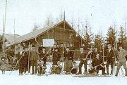 Jilemničtí lyžaři před spolkovou místností prvního lyžařského klubu na českém území ČKS Ski v Jilemnici na Kozinci v době založení v roce 1895.