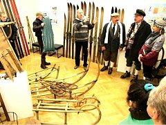 SLEDOVAT VÝVOJ LYŽÍ i ostatního vybavení pro zimní radovánky i sporty umožňuje současná výstava v Městském muzeu Žacléř, nazvaná Lyže, boby, saně ... huráá na ně!