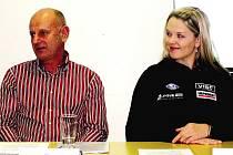 SPORTOVNÍ AKADEMII ve Špindlerově Mlýně podporují různé osobnosti. Na snímku z tiskové konference ředitel Skiareálu Jiří Beran a česká sjezdařka Klára Křížová.