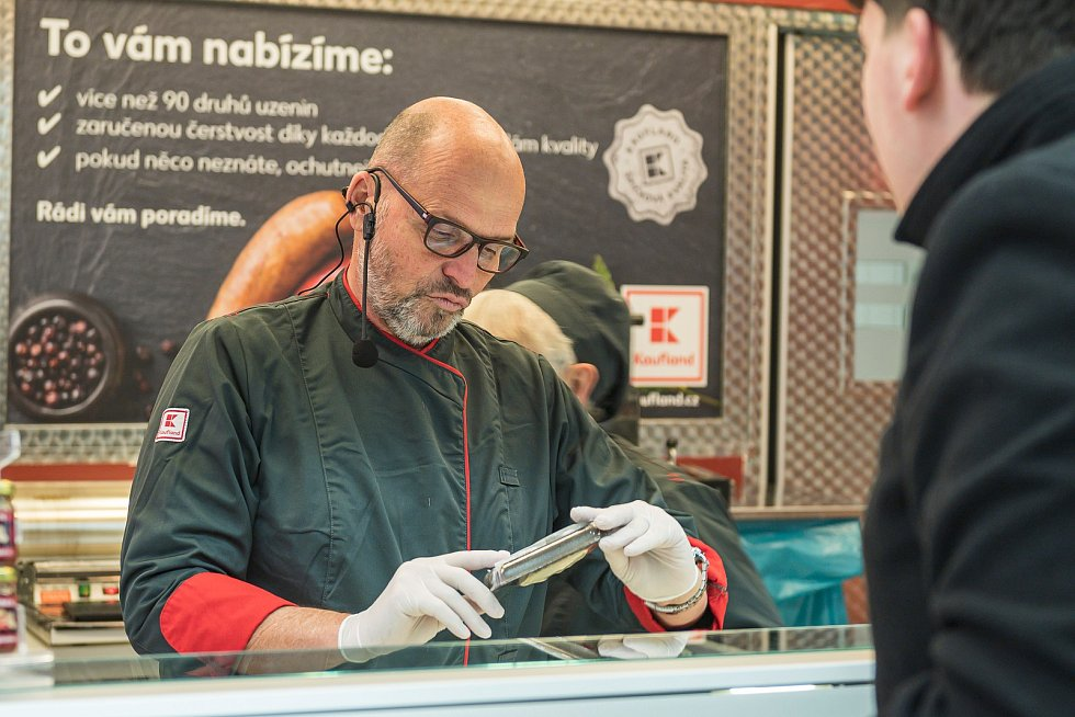 Známý šéfkuchař Zdeněk Pohlreich obsluhoval v sobotu zákazníky v trutnovském Kauflandu.