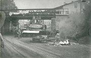 Tank stržený z podstavce táhli Trutnované od okresu až k viaduktu na Šestidomí.
