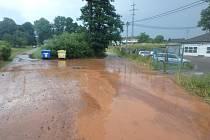 Bouřka zaplavila silnici.