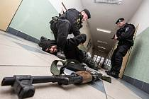 Školáci a strážníci versus masový vrah aneb Preventivně-taktické cvičení ve Dvoře Králové nad Labem.
