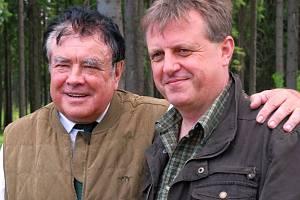 Ladislav Šimerda (na snímku vlevo), ředitel Správy lesů šlechtického rodu Colloredo-Mansfeldů v Opočně a Dobříši, na lesnické akademii v Trutnově studoval, pak učil a teď tam jezdí k maturitám jako člen zkušební komise.