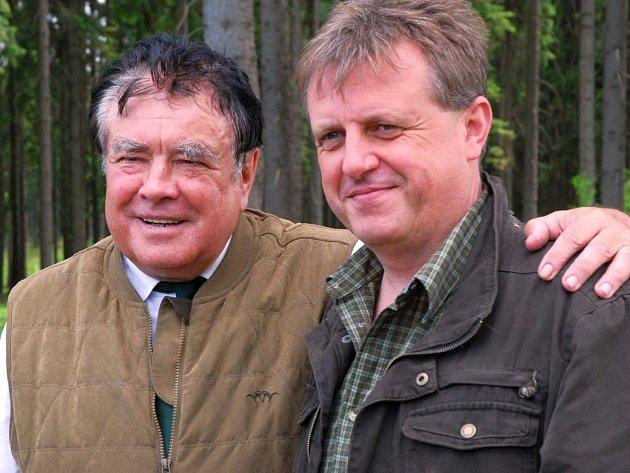 Ladislav Šimerda (na snímku vlevo), ředitel Správy lesů šlechtického rodu Colloredo-Mansfeldů vOpočně a Dobříši, na lesnické akademii vTrutnově studoval, pak učil a teď tam jezdí kmaturitám jako člen zkušební komise.