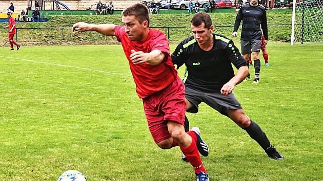 Fotbalisté Žacléře (v černém) dokázali vyhrát na půdě Miletína.