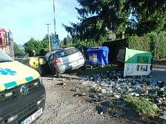 Řidička vyjela mimo silnici a porazila kontejner