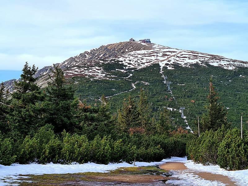Pohled na Sněžku v říjnu 2020.