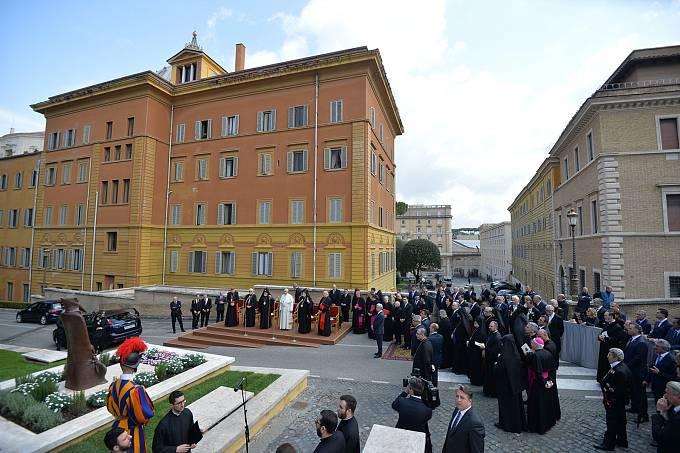 Odhalení sochy svatého Řehoře z Nareku ve Vatikánu za přítomnosti papeže Františka.
