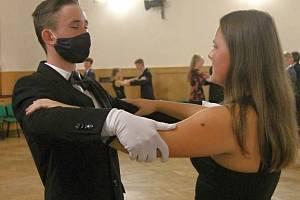 Kurz tance a společenského chování v Kulturním domě Střelnice ve Vrchlabí pod vedením Romana Konopáska a jeho taneční partnerky.