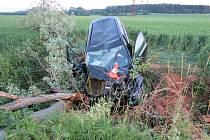 Auto narazilo do stromu, pro zraněného řidiče musel vrtulník.