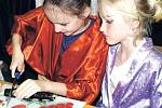 MALÉ GEJŠI A SAMURAJOVÉ si vyráběli také sushi. Vlastnoručně vyrobená pochoutka jim chutnala, zvládli i jídlo pomocí hůlek. Někteří chtěli recept, že sushi udělají doma rodičům.