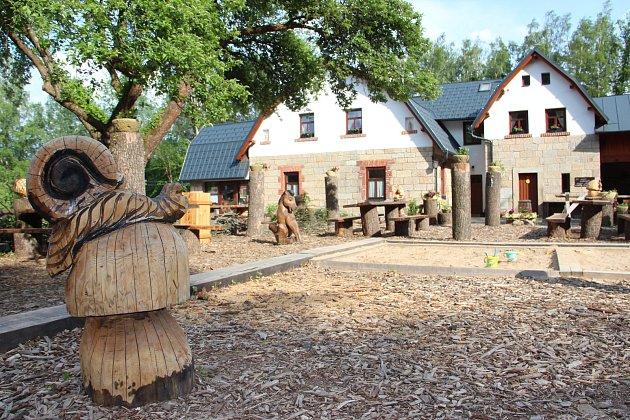 Štěrbova vila u přehrady pohostí Ebeny, Mišíka i Evu a Vaška.