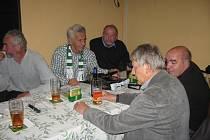 V rámci setkání v Apríl baru je vždy společná večeře i fotografie u tabla, předání diplomů, či dokonce medailí!