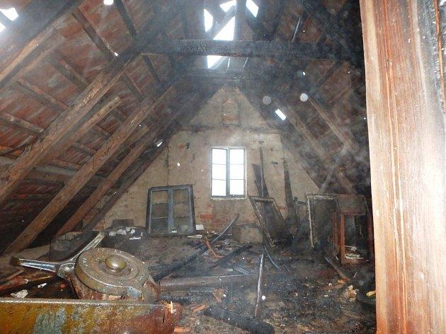 Rodinný dům se ocitl v plamenech. Shořela střecha