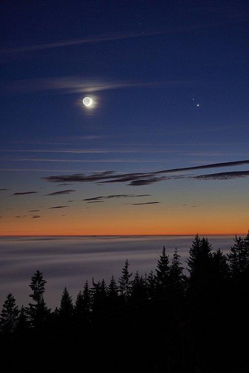 Fotograf Miloš Šálek zachytil z Černé hory na noční obloze setkání planet Jupiter, Saturn a Měsíce.