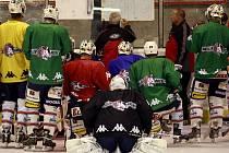 Hokejisté HC Moeller Pardubice na tréninku.