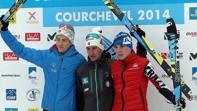 ZNOVU NA STUPNĚ VÍTĚZŮ si Dominik Sádlo (vpravo) povyskočil pouhý den poté, co ve Francii obsadil druhé místo.