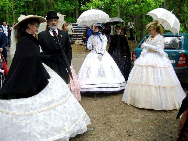 ŘEMESLA, DOBOVÁ MUZIKA I OBLEČENÍ, to vše patřilo k víkendovému začátku letošní návštěvní sezóny na hradě Vízmburk nedaleko Havlovic.