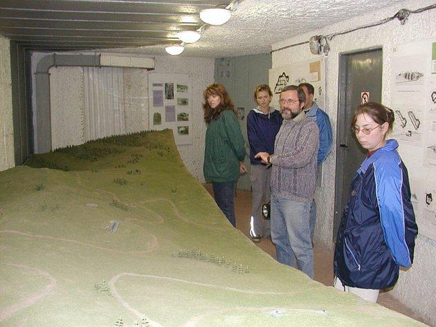 Píše se rok 1993a Stachelberg se otvírá veřejnosti. Provázíme první návštěvníky, zatím pouze vbunkru na povrchu.