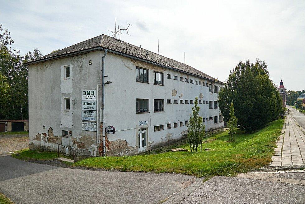 Takhle vypadala budova bývalého Domova mladých horníků v Žacléři loni v září. Dnes už je zbouraná.