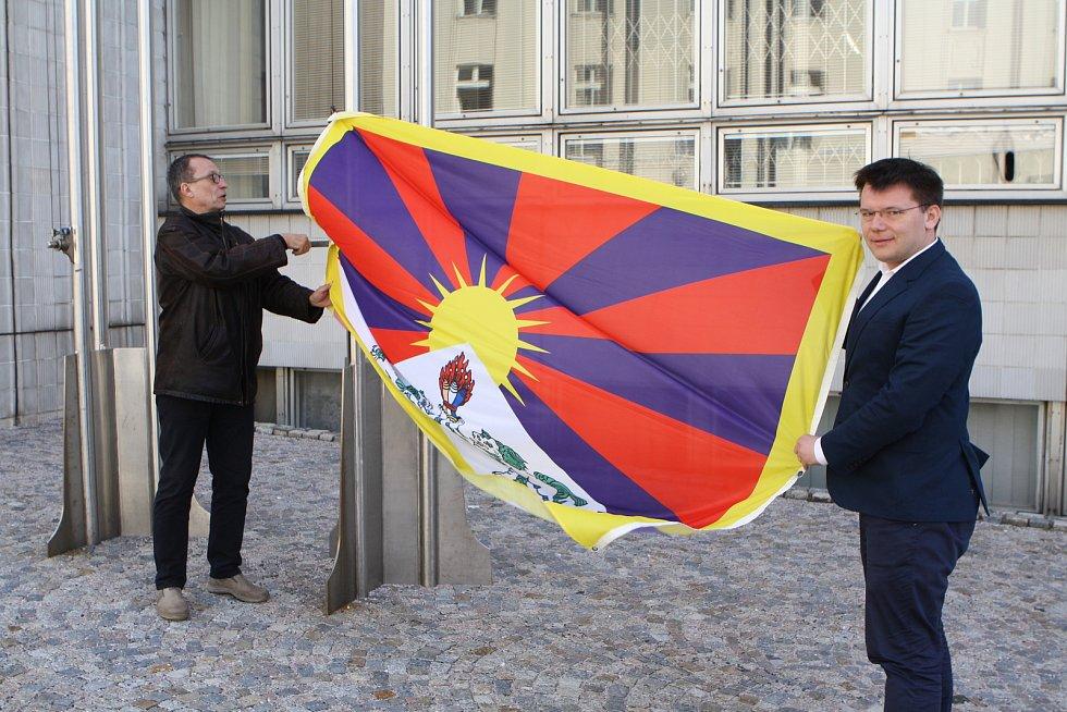 Trutnovští místostarostové Tomáš Hendrych a Tomáš Eichler dnes ráno vyvěsili před městský úřadem tibetskou vlajku.